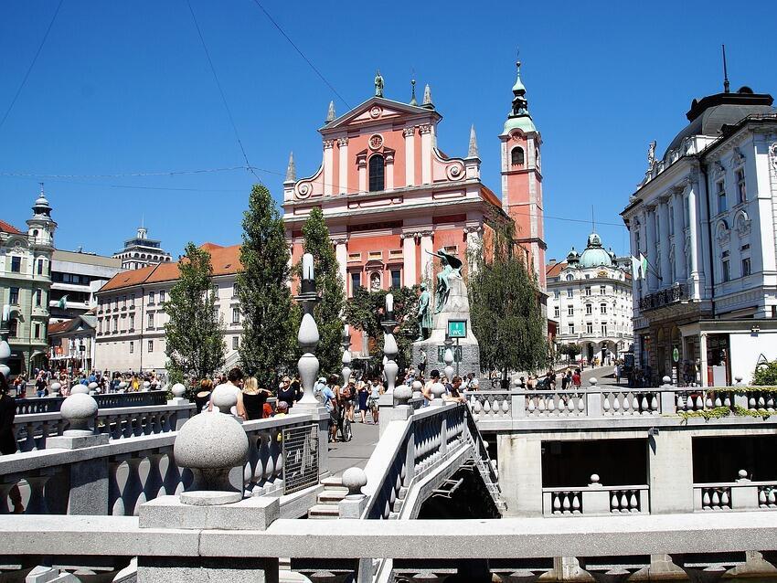 Вълната от протести за заплати в Словения продължава