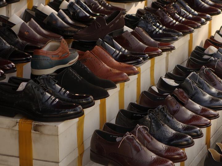 През януари намаляват покупките на облекло и обувки