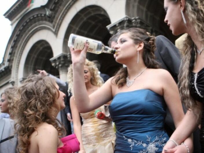 Над половината българи не харесват начина, по който празнуват абитуриентите