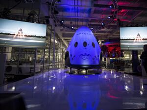 SpaceX отложи туристическия полет около Луната
