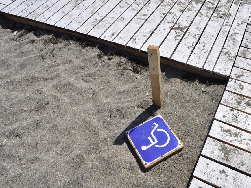 Кметът на Бургас разпореди проверка дали плажовете са достъпни за хора с увреждания