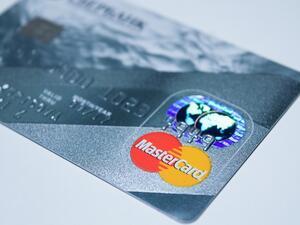 Плащанията в брой стават все по-непопулярни и сред българите