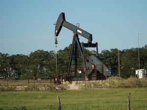 Петролът поевтинява от сутринта