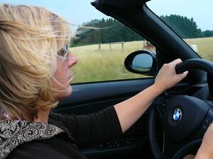 Проучване: Застрахователната бонус-малус система облагодетелства жените шофьори