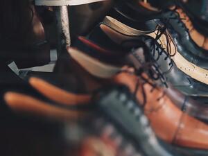 Оборотът на предприятията в обувната промишленост и производството на облекло