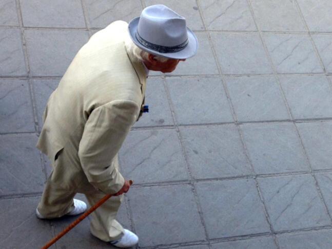 Обещания за подаръци примамват по-възрастните хора на презентации за продажба на скъпи стоки