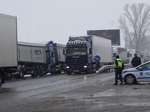 Гърция спря навлизането на ТИР-ове в страната заради снеговалеж