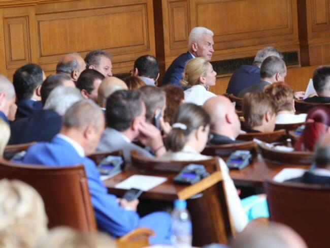 Двама вицепремиери и девет министри на парламентарен контрол