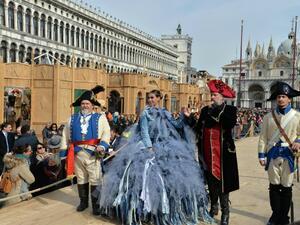 Снимка: Хиляди туристи пристигнаха за карнавала във Венеция