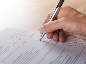 Раздаване на агитационни материали в изборното помещение, присъствие на представител