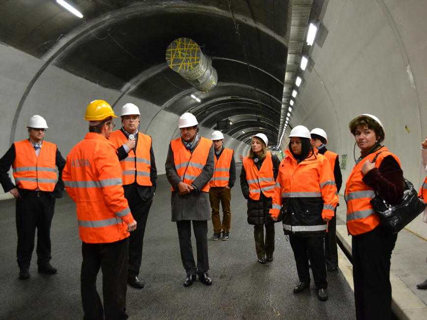 <p>Министър Лиляна Павлова при посещението в тунелите Зоненберг и Ройспорт в Швейцария.</p>
