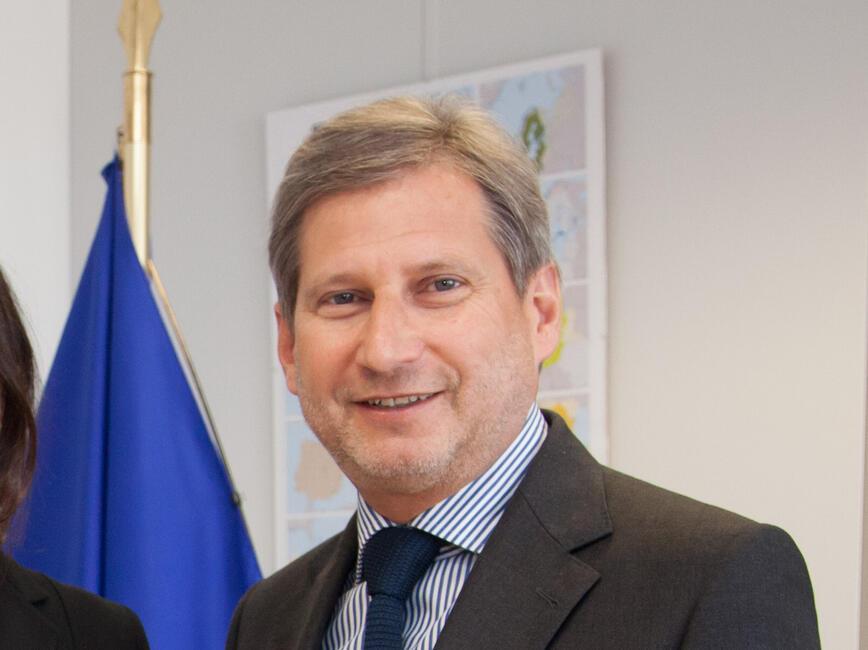 <p>Отляво надясно: Служебният вицепремиер и министър по управление на средствата от ЕС Илияна Цанова и еврокомисарят по регионална политика Йоханес Хан</p>