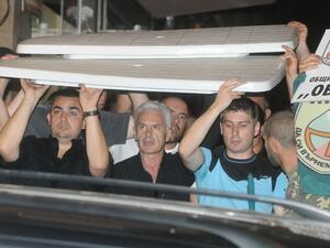 """<p>Обидени на протестиращите, представителите на """"Атака"""" се барикадираха пред централата си. В средата: лидерът Волен Сидеров</p>"""