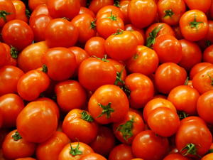 Зеленчукопроизводители блокират с домати пътя Пловдив-Пещера