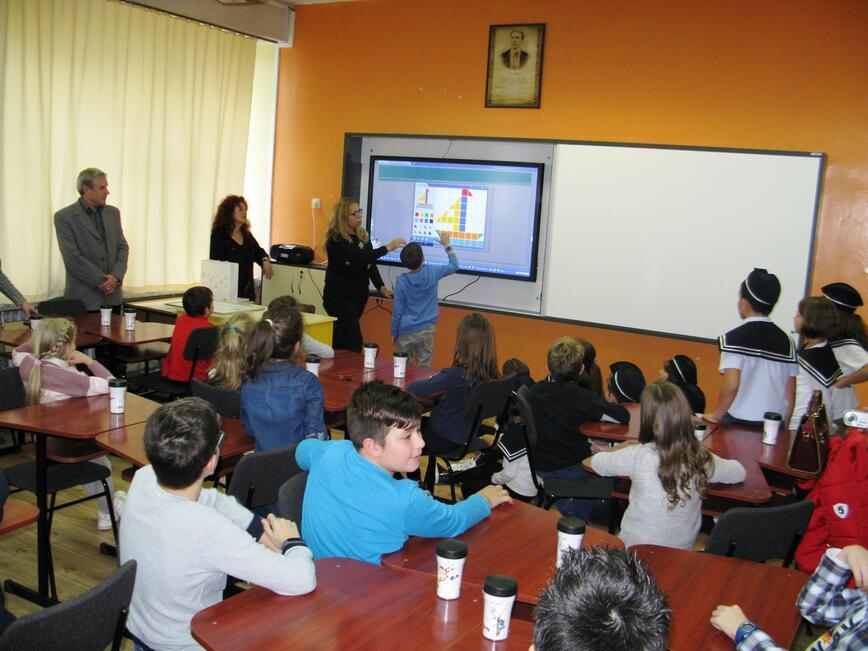 """EVN България дари дигитална дъска на учениците от ОУ """"Братя Миладинови"""" Бургас"""