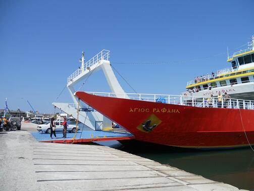 """Червено-бяло-сини знамена се веят по централната в Солун улица """"Егнатия""""."""