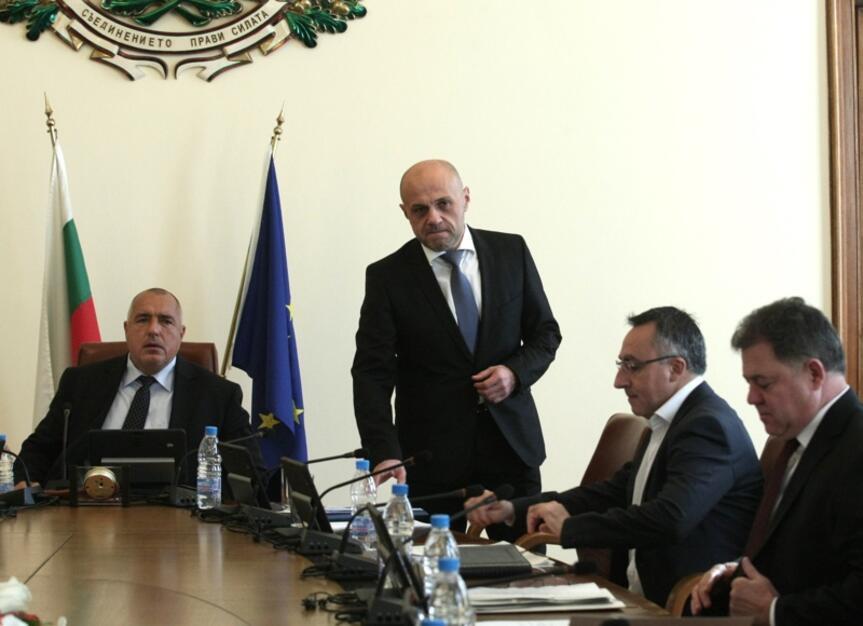 Предколедно кабинетът продължава да одобрява допълнителни разходи