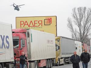 Колона от камиони задръства Дунав мост