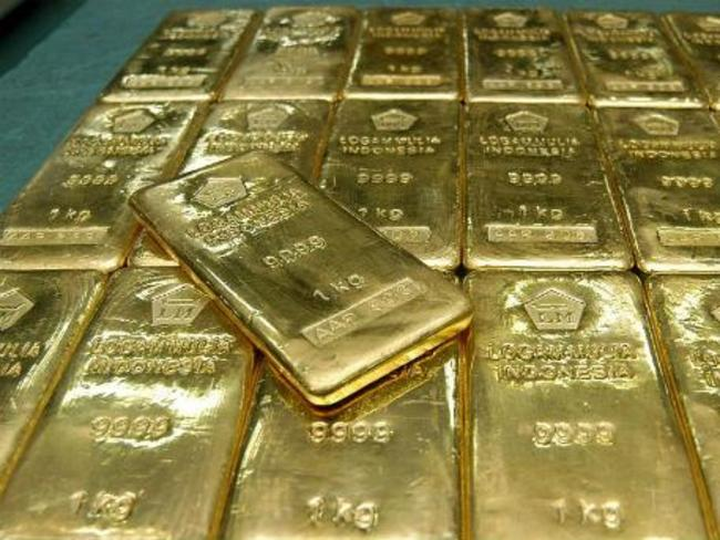 Цената на златото се понижава, притисната от поскъпващия долар