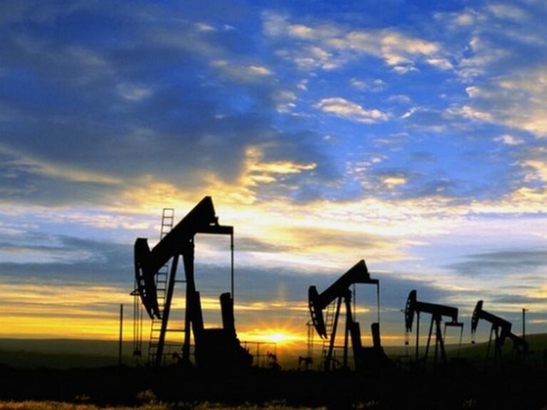 Петролът продължава да поскъпва умерено