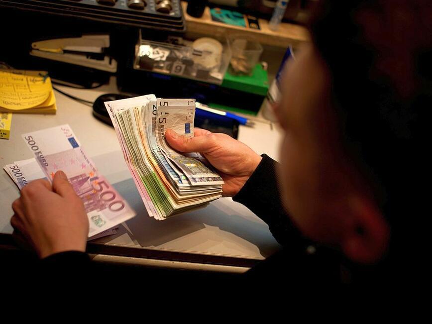 Гинеколози, пенсионери и гробари крият доходи за милиони в Гърция