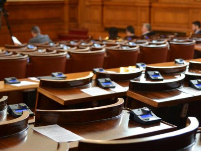 Управляващите обмислят да оставят без заплати бойкотиращите депутати