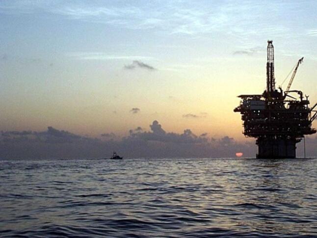 Цените на петрола тръгнаха леко надолу