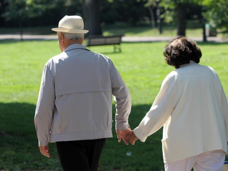 Жените в ЕС напускат по-рано дома на родителите си и живеят по-дълго от мъжете