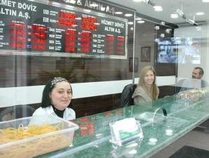 Турската лира остава под натиск от продажби