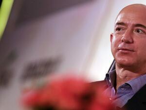 Най-богатият човек дарява 2 млрд. долара за бездомни
