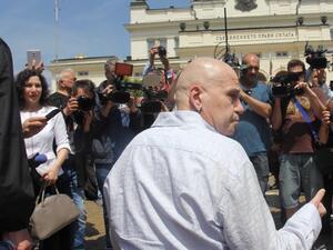 Слави Трифонов седна на протест пред Народното събрание