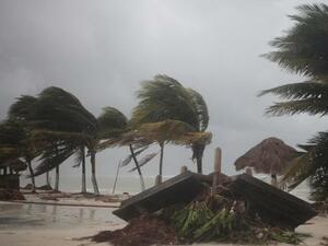 """Ураганът """"Ирма"""" помете Барбуда и Сен Мартен"""